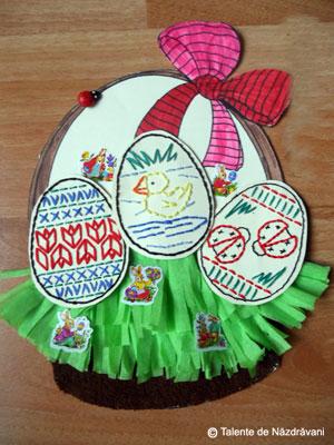 Aranjament de Paști cu ouă cusute