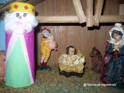 Mihai B., Amarastii de Jos, 4 ani Unul din cei trei magi pastori, care au urmat steaua pentru a ajunge la staulul unde s-a nascut pruncul Iisus A folosit un tub de carton de la hartia igienica, lipici stick , hartie creponata pentru vesmant, carton rosu si galben pentru coroana, vata si carioci