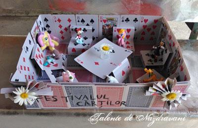 Jucării din cărți de joc reciclate