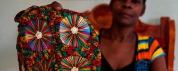 dona-rosa-cruz-y-los-bolsos-con-material-reciclable-que-ayudan-a-su-familia-en-istmina