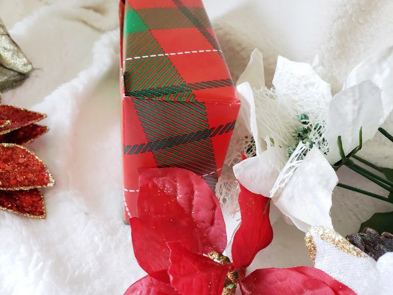 Gift wrapping tips, corner seams