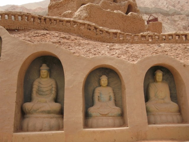 for those who are dissapointed for not seeing any Buddha statues in the 1000 Buddha grottos, there is a recreation nearby...