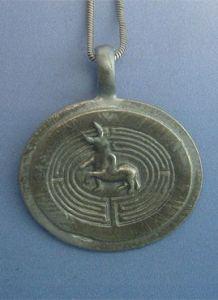 Conoce el mito del laberinto del minotauro y compra el colgante