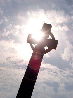 cruz celta con rayo de luz
