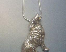 colgante lobo plata amuleto tótem aullando