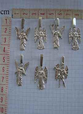 ángeles de plata colgantes en medidas