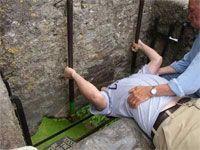 piedra de Blarney situada en un lugar de difícil acceso