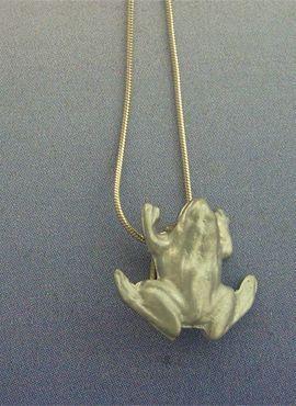 rana de plata amuleto colgante