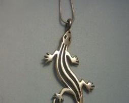colgante salamandra amuleto de plata