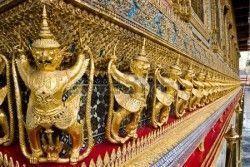 Garuda dorado estatua en templo