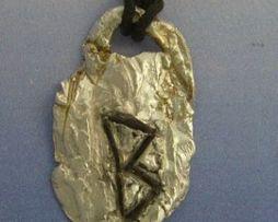colgante runa vikinga Berkana