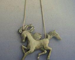 caballo de plata colgante amuleto totémico
