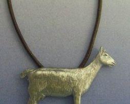 colgante cabra de plata con cordón de piel