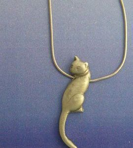 colgante gato mágico de cola larga de plata