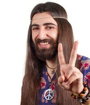 hippie con su indumentaria y amuletos típicos