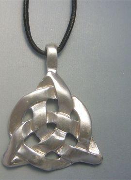 colgante del nudo celta de Taliesin plata con cordón de piel