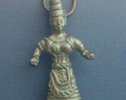 diosa serpientes de plata amuleto minoico