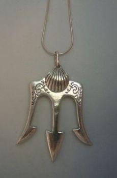 colgante tridente del dios Poseidón o Neptuno en plata de ley