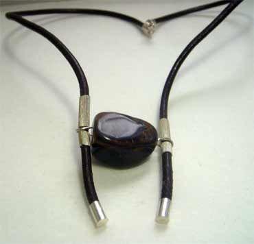 collar unisex con mineral ojo de tigre engarzado en plata con cordón de cuero