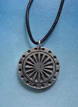 colgante amuleto budista rueda del dharma
