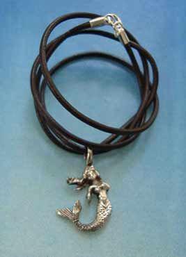sirenita en collar de plata