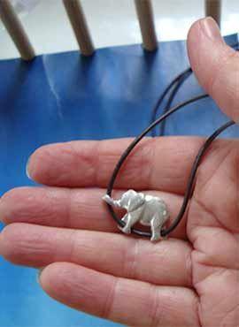 pequeño elefante de plata