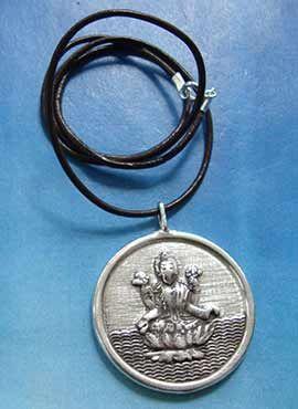 joya medalla de plata maciza con la diosa Laksmi y el símbolo Om mani padme hum