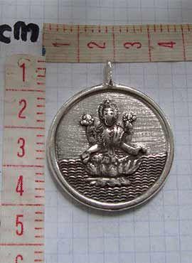 medallón laksmi y mantra Om dimensiones cms