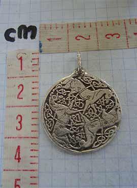 medalla diosa Epona tres caballos