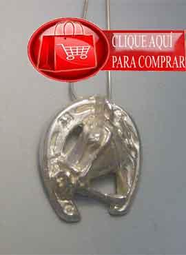 herradura y caballo en un amuleto. Colgante de plata