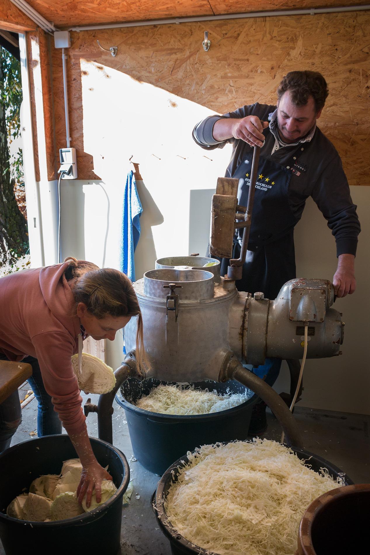 gemeinsames Arbeiten an der Sauerkrautmaschine