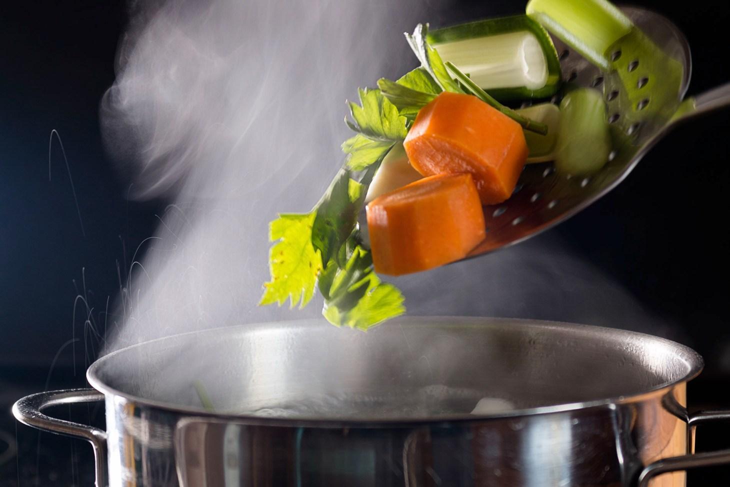 Gemüse in den Topf