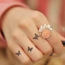 tattoo borboleta dedos