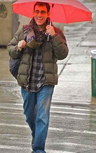 319px-Happy_man_in_a_rainy_day.jpg