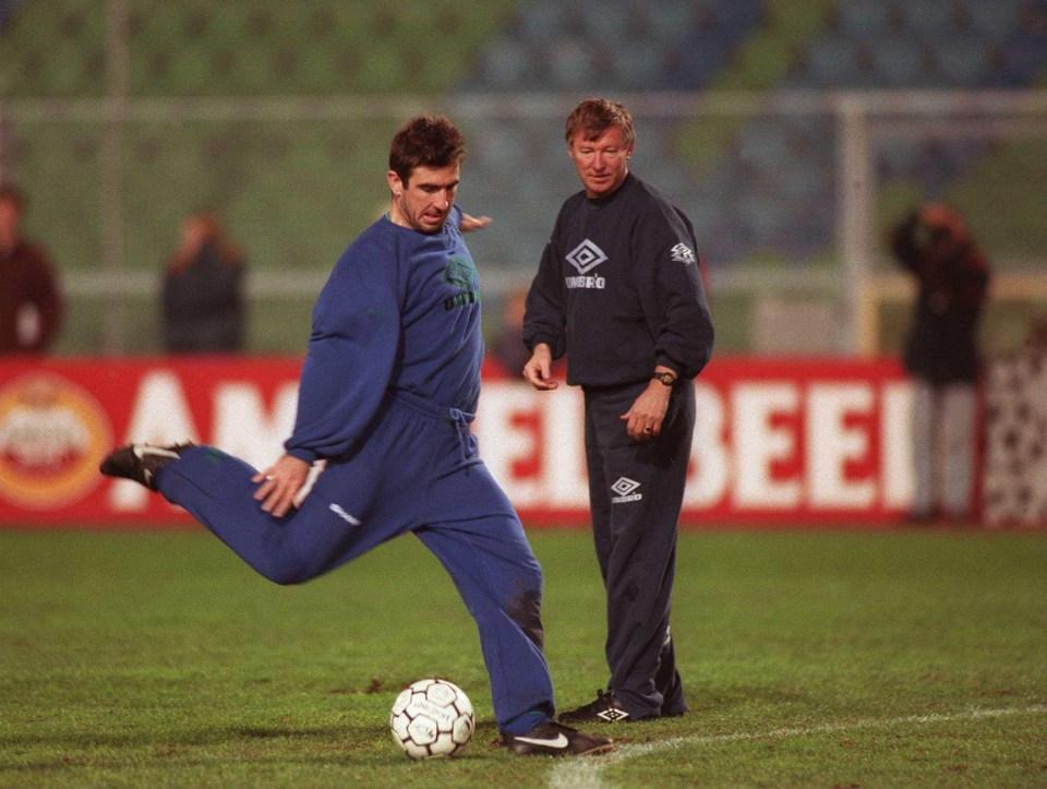 Na temporada 1993/94 ferguson acertou a transferência do meia de 22 anos do nottingham forest, roy keane, com uma transferência recorde de £3.75 milhões, como substituto a longo prazo para bryan robson, que estava no final da sua carreira. What if… Leeds didn't sell Eric Cantona to Manchester United?
