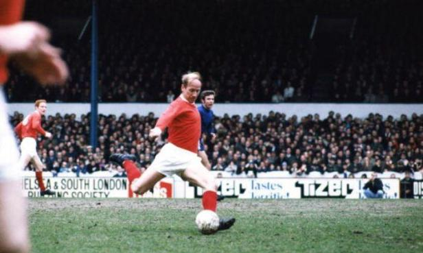 Bobby Charlton: England 1966 World Cup hero and Man United legend diagnosed  with dementia