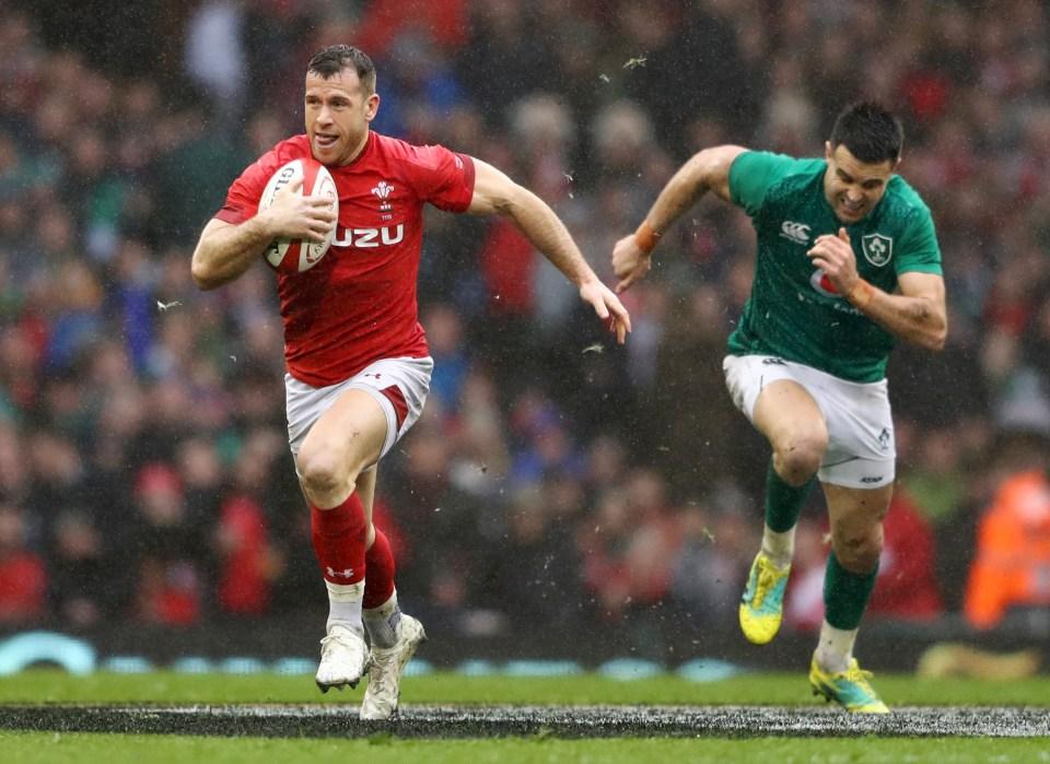 Gareth Davies runs away from Conor Murray