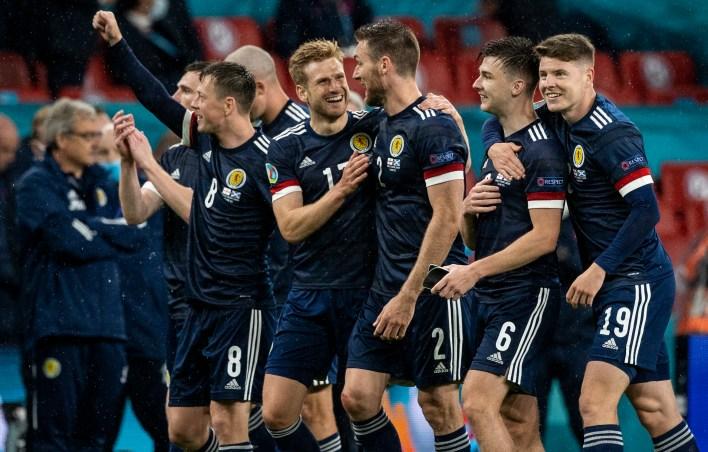 Çok az kişi maçtan bir şeyler almak için İskoçya'yı desteklerdi ama İngiltere'yi etkili bir şekilde hak ettiği bir puan talep etmek için boğdular.