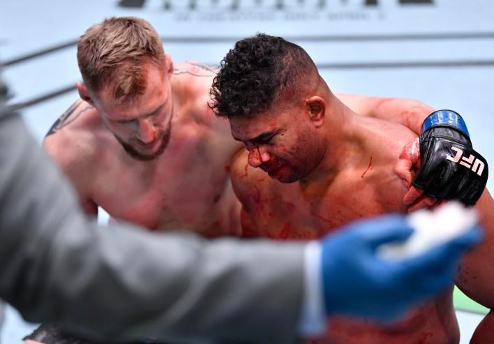 Alexander Volkov, Alistair Overeem'i yendikten sonra teselli etti