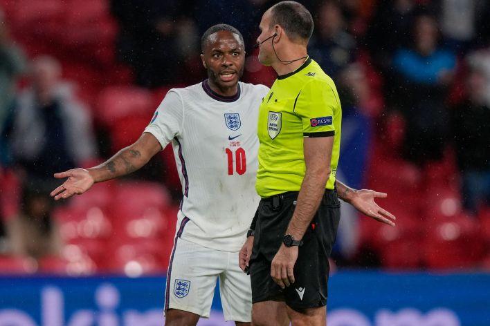 Raheem Sterling, İngiltere'ye penaltı verilmemesinin ardından sinir krizi geçirdi.