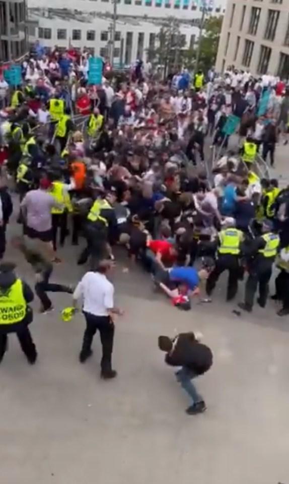Houve um caos absoluto em torno de Wembley antes do início