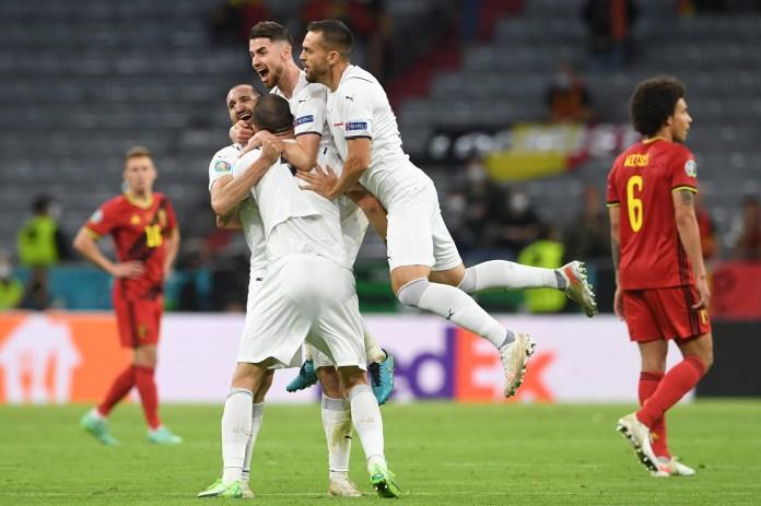 Jorginho e Chiellini comemoram a vitória nas quartas de final do Euro 2020 sobre a Bélgica