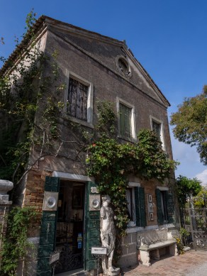 Period featured, classic Venetian design.