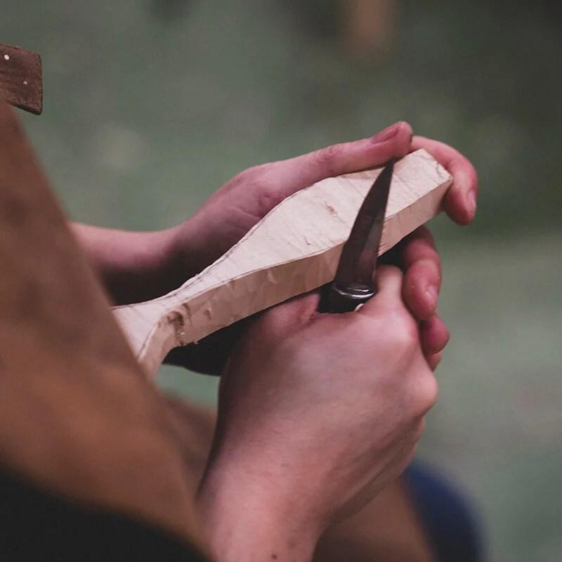 Talla una cuchara de madera
