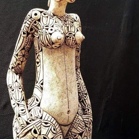 statuette en céramique par Djakou Kassi Nathalie