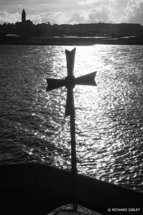 """Coldinu Cross On the 18th August 1997 the cross was erected at the Terra Nova Shipyard as a symbol to emphasize a point that had importance for navigation both on land and at sea. """"Don't give-up the ship"""""""
