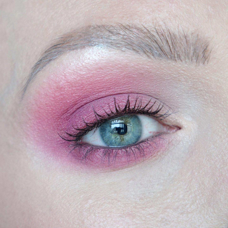 Pink eyeshadow inspiration. Bright eye make up look. Pink smokey eye, blue/green eyes. Bold make up.