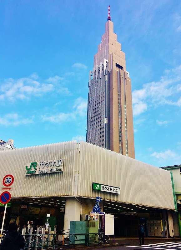 JR代々木駅とドコモタワー(NTTドコモ代々木ビル)