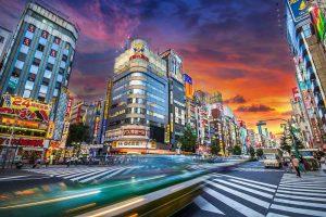 靖国通り沿いから撮った新宿歌舞伎町の夕方の画像です。