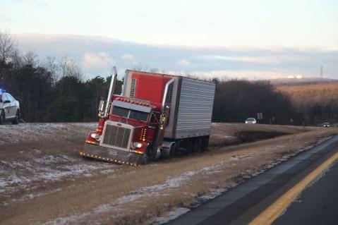 tractor-trailer-off-road-interstate-81-northbound-near-frackville-1-25-2017-1